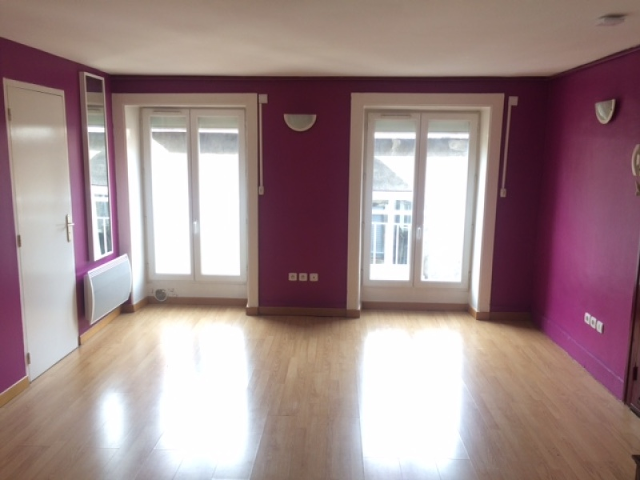 STUDIO A LOUER - ST ETIENNE PREFECTURE-JACQUARD - 31 m2 - 300 € charges comprises par mois